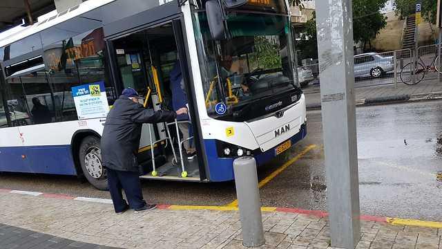 קשיש עולה לאוטובוס ()