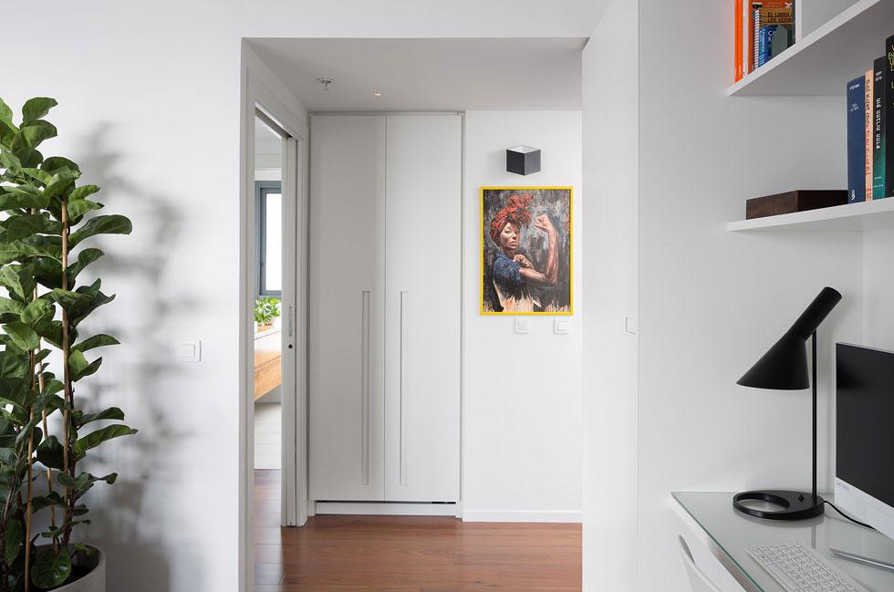 הארונות שתוכננו נותנים פתרונות מעשיים לחיי משפחה בדירה בינונית בגודלה (103 מטרים רבועים). בני הזוג החליטו על הרכישה וחתמו על החוזה באחר צהריים אחד (צילום: שי אפשטיין)