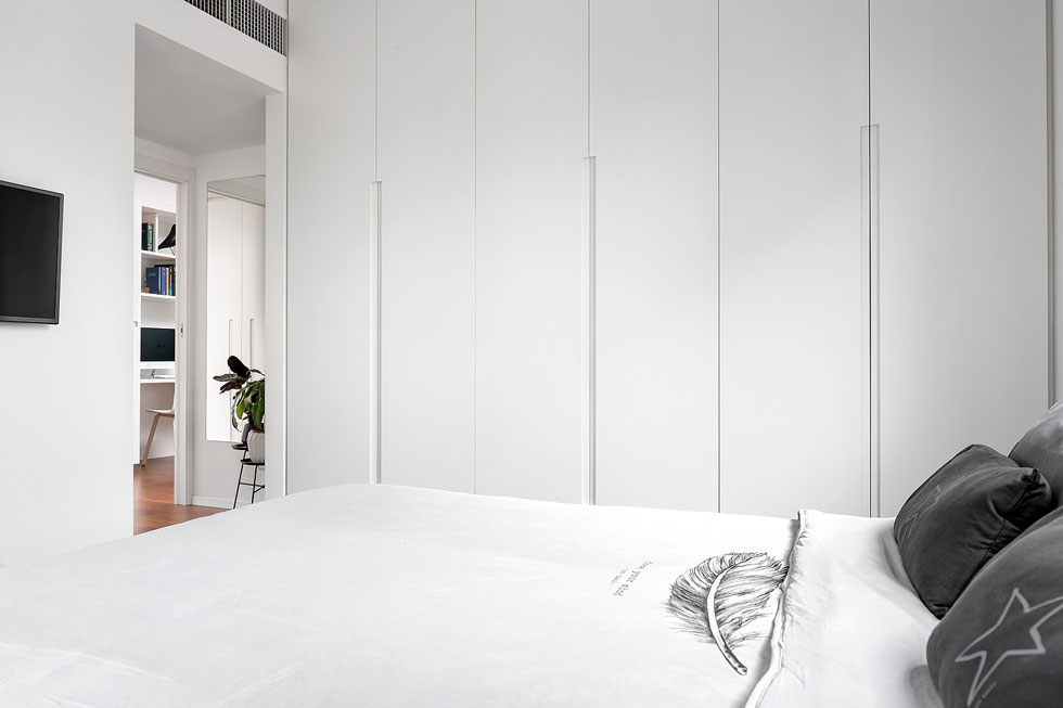 חדר ההורים צנוע, שימושי ולבן. ארון קיר גדול מחליף חדר ארונות (שאין בדירה), אך יש להם חדר רחצה צמוד (צילום: שי אפשטיין)