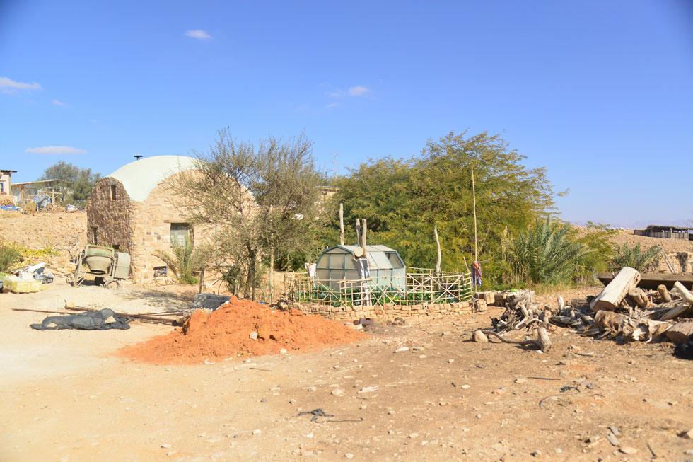 """""""עד היום"""", אומר רובין, """"הקרוואנים וכל המבנים האחרים פה, פרט לאשקוביות, נבנו ללא תב""""ע ולמעשה לא חוקיים"""" (צילום: מאיר אוחיון)"""