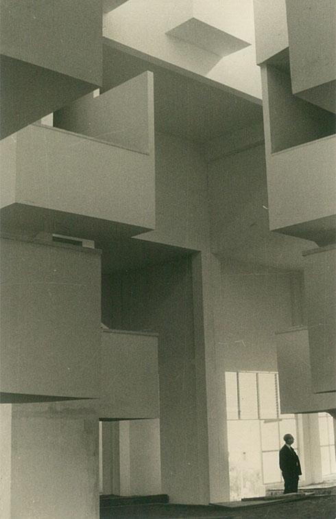 הצורניות המרתקת של אולם הכניסה (צילום: אוסף אברהם אלואיל)