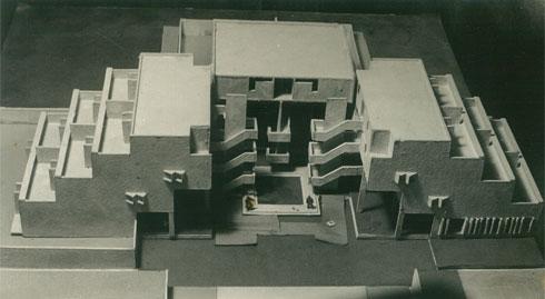 המודל. כמו בבית הפירמידה בבאר שבע, ניסה אלואיל להשתלט על אתגר האקלים הקשה של הנגב (צילום: אוסף אברהם אלואיל)