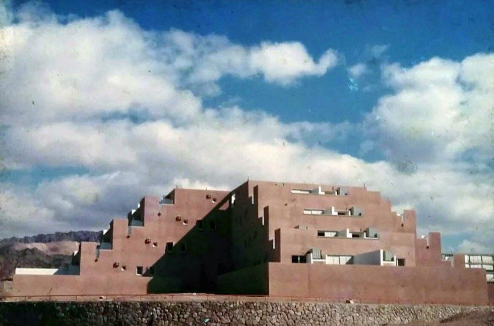 כמו פירמידה אצטקית במקסיקו, האדריכל אברהם אלואיל יצר מבנה יוצא דופן (צילום: אוסף אברהם אלואיל)
