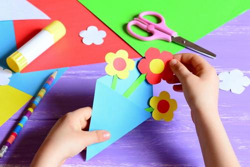 В школах и садиках принято делать открытки и поделки для родителей. Фото: shutterstock
