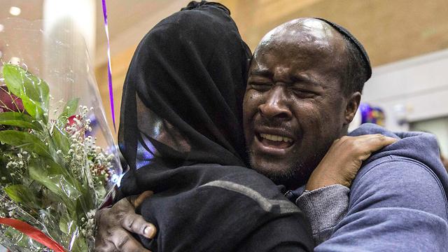 Встреча новых репатриантов и их израильских родственников в аэропорту Бен-Гурион. Фото: AP