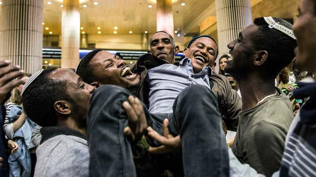 Встреча новых репатриантов из Эфиопии в аэропорту Бен-Гурион. Фото: AP