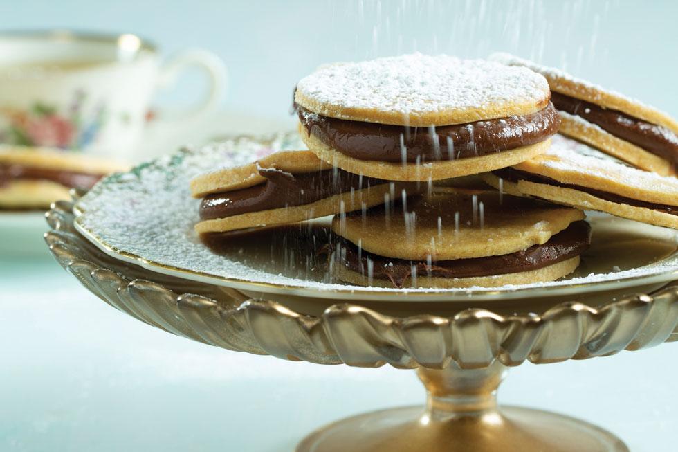 עוגיות חמאה־שקדים במילוי שוקולד (צילום: בועז לביא, סגנון: עמית דונסקוי)