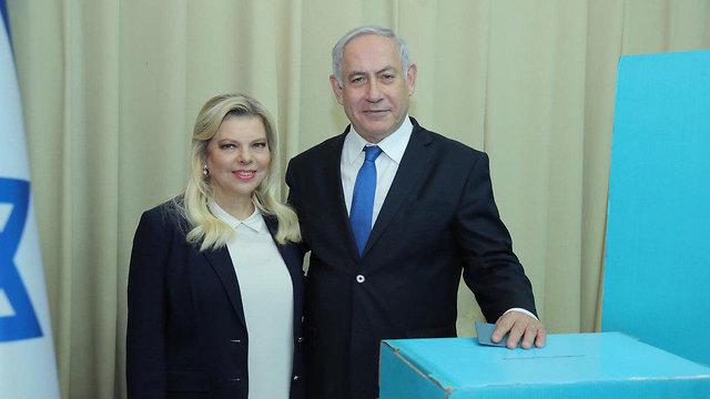 Prime Minister Netanyahu and his wife Sara voting in the Likud primaries (Photo: Sharon Revivo)