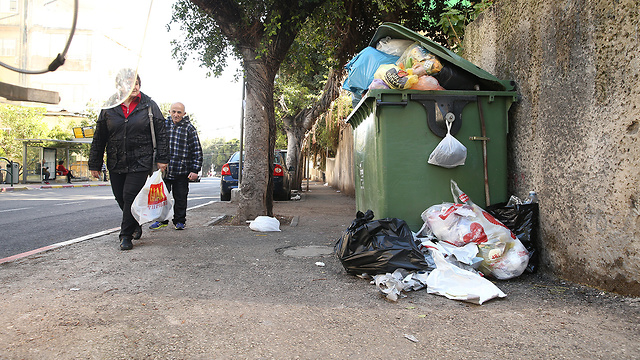 אשפה ברחובות חיפה (צילום: אלעד גרשגורן)