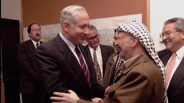 Archive photo of Netanyahu with Yasser Arafat, published by the Gantz campaign (Photo: GPO)