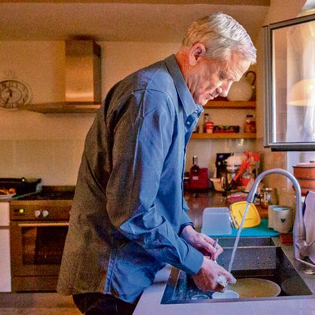 """במטבח ביתו, השבוע. """"אני אדם מאוד אוהב, אולי לפעמים אוהב יותר מדי"""""""