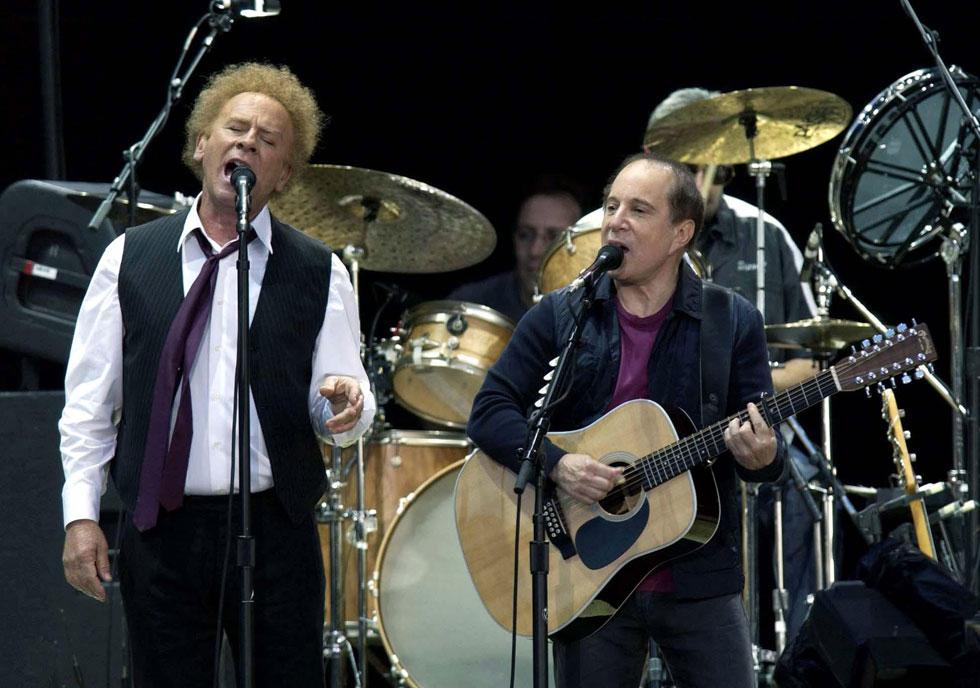 """סיימון וגרפונקל בהופעה בלונדון ב-2004. למטה: מבצעים את השיר """"ריצ'רד קורי"""" ב-1966 (צילום: AP)"""