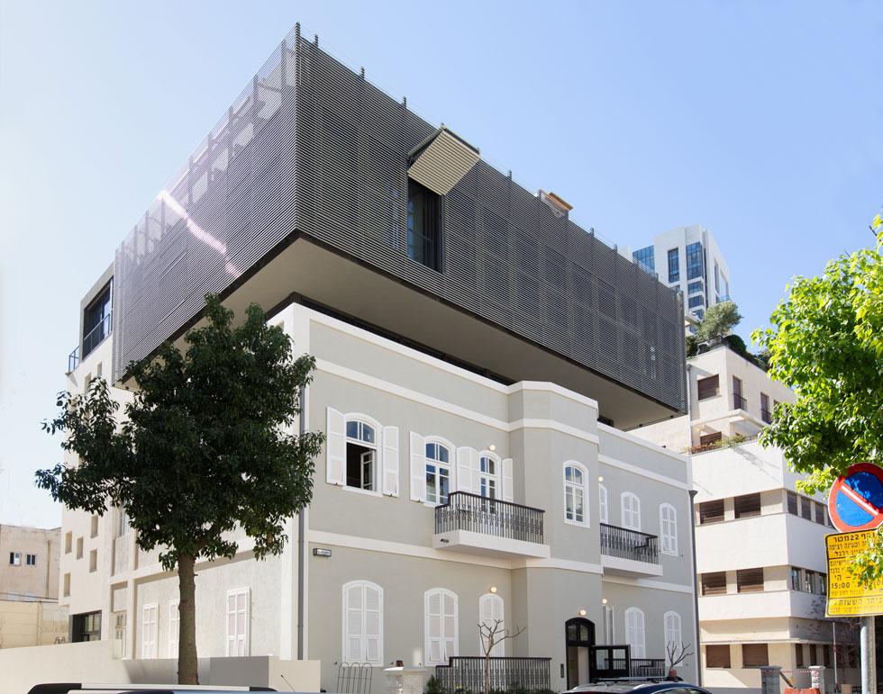 ''שימור'' בלב תל אביב. ''זה כאילו שפרופורציות באדריכלות לא חשובות'', אומרת כרמי-מלמד על המנהג הישראלי לעוות את הפרופורציות המקוריות לטובת אחוזי בנייה (צילום: דור נבו)