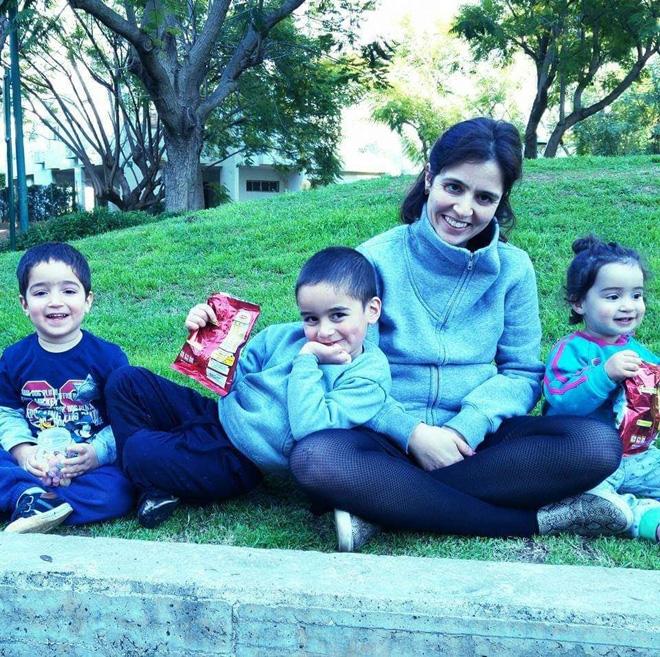 """עם ילדיה. """"החיים הם לא שחור ולבן"""" (צילום: אלבום פרטי)"""