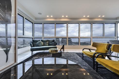 דירה בעיצובה של קינן סיני. שילוב צבעים טקסטורות וחומרים שמיצג את טעמם של בעלי הדירה ואת הנוף הנשקף מדירתם (צילום: עודד סמדר)