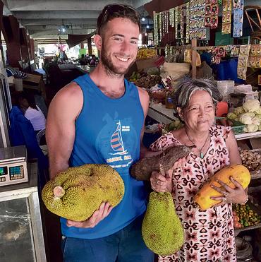 גיא עם היידי בשוק של קויו