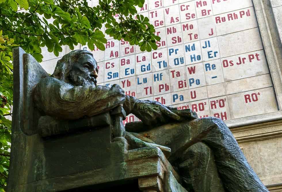 פסל לזכרו של דמיטרי מנדלייב בסנקט פטרבורג (צילום: shutterstock)