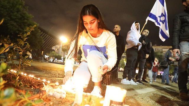 הדלקת נרות לזכרה של אורי אנסבכר (צילום: דנה קופל)