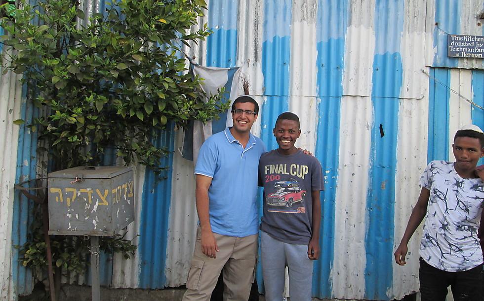 Автор статьи Ширан Амуси с подростками в лагере ожидающих репатриации в Эфиопии