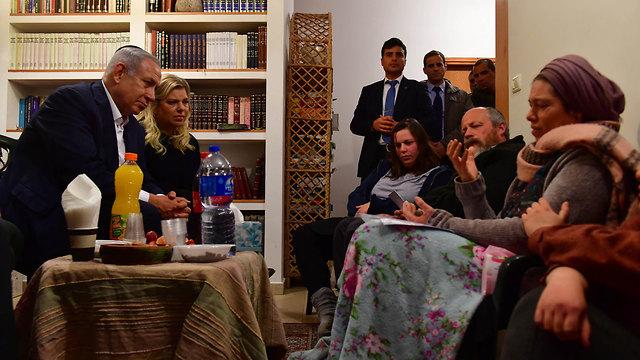 : בנימין נתניהו ורעייתו שרה נתניהו בביקור תנחומים בבית משפחתה של אורי אנסבכר ז