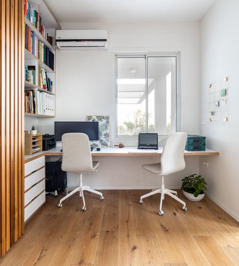 פינת העבודה של ההורים: שולחן רחב וספרייה  (צילום: אורית ארנון)