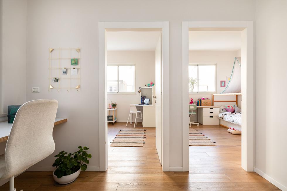 """""""העובדה שלחדר שלהן יש שתי כניסות מעניקה למשפחה גמישות. במידת הצורך ניתן יהיה להפוך אותו לשני חדרים נפרדים""""  (צילום: אורית ארנון)"""