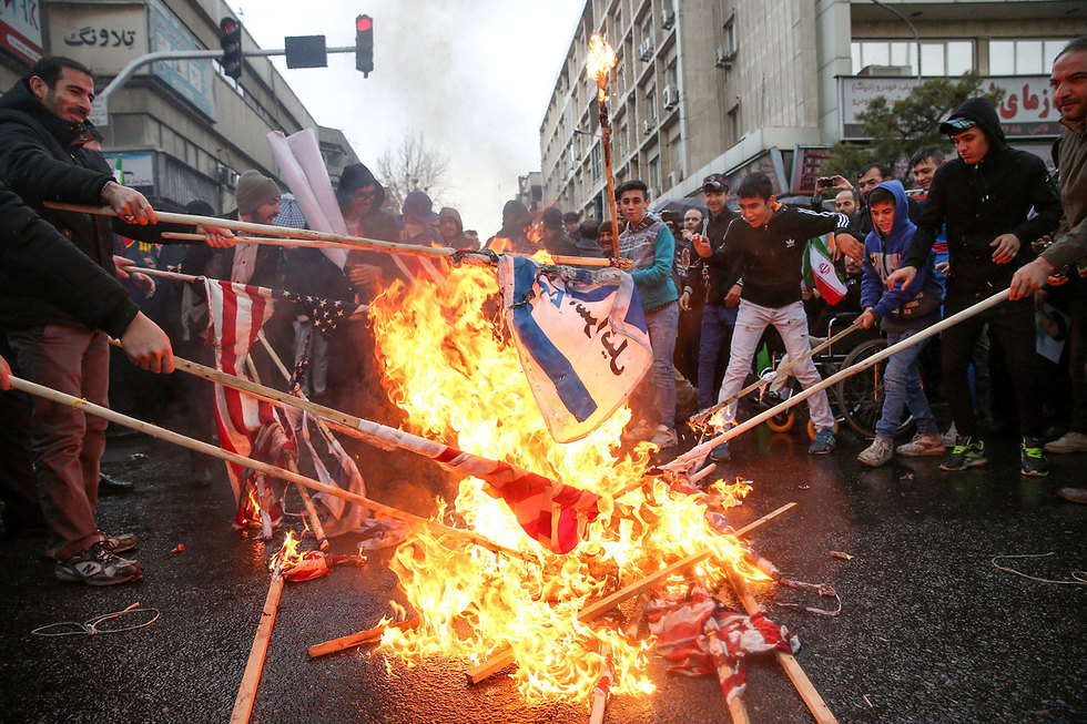 Iranians burn US and Israeli flags on 40th anniversary of Islamic Revolution (Photo: Reuters)