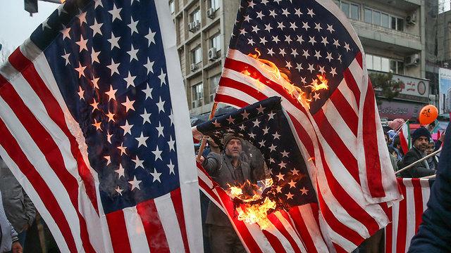 Iranians burn US flag on 40th anniversary of Islamic Revolution (Photo: Reuters)