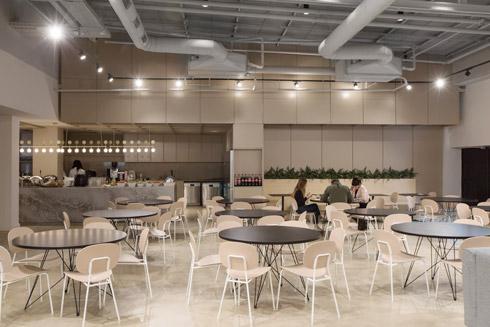 אולם האירועים הפך לחדר האוכל של העובדים (צילום: שירן כרמל)