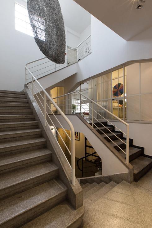 חדר המדרגות המקורי של המבנה נשאר כשהיה, מרווח ומואר, עם מדרגות טראצו האופייניות לבנייה התל אביבית לפני 80 שנה (צילום: שירן כרמל)