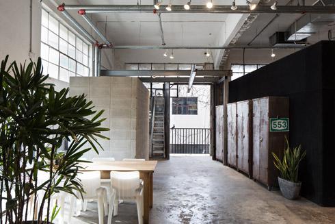 מעצבת האופנה תמי חומסקי עיצבה מחדש את הקומה בעצמה. הקוביות שחילקו קסטיאל as is נצבעו שחור ונפתחו בהן חלונות, והן משמשות להצגת הקולקציה (צילום: שירן כרמל)
