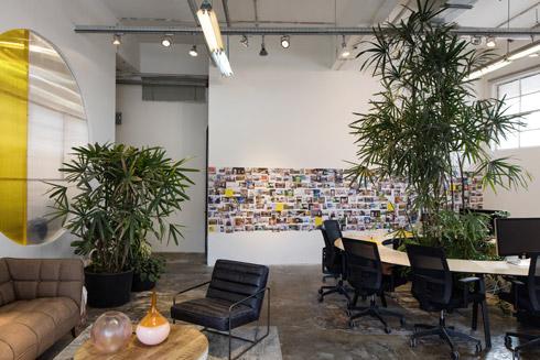 על הקיר גלויות השראה של נכסים שהחברה משכירה (צילום: שירן כרמל)