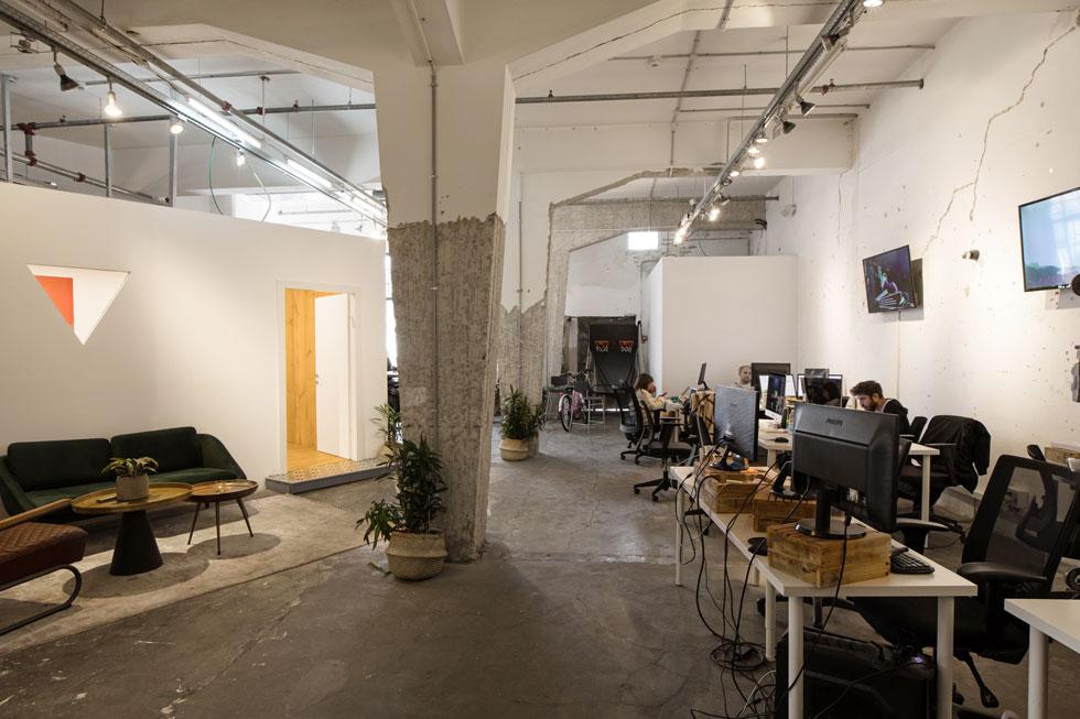 בסוף הקומה העליונה, נושקת למרפסת הגג הענקית, יושבת חברת pyro, שהקימו ארבעה צעירים ועוסקת בניהול דיגיטלי של מותגים ברשת (צילום: שירן כרמל)