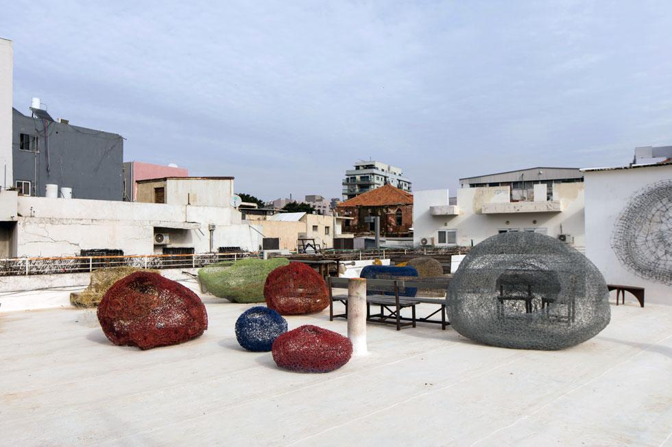 עבודות של האמן רון אלוני על הגג. הסטודיו שלו נמצא כאן שנים. כמה זמן תימשך הפריחה המפתיעה של המתחם? (צילום: שירן כרמל)