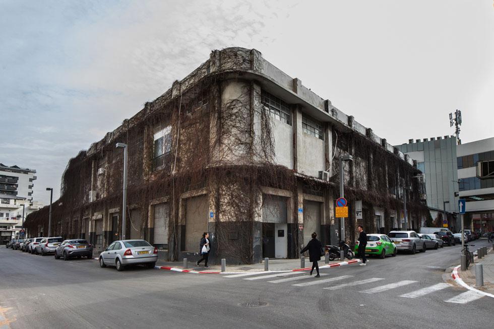 הבניין ההיסטורי, שנבנה בשנות ה-40 של המאה הקודמת, היה במקור בית חרושת לטקסטיל. משפחת קסטיאל הפכה אותו למוקד עלייה לרגל של מעצבי בתים ולקוחות: למטה הייתה חנות הרהיטים היוקרתית, למעלה הקו הצעיר יותר. באחרונה אושרה תוכנית לבניית מגדל בן 17 קומות, ובניין מגורים של 7 קומות (צילום: שירן כרמל)