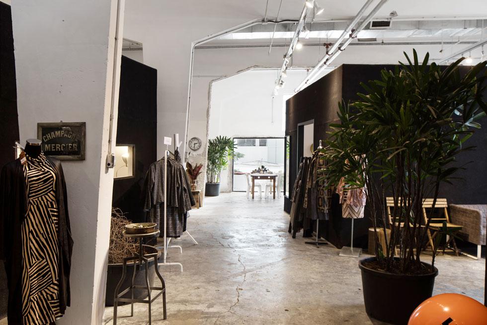 """מעצבת האופנה תמי חומסקי יושבת בקומה העליונה, במה שבעבר היה חלק מהחנות קסטיאל as is (עוד לפני כן שימש השטח כסטודיו של האמן משה גרשוני). היא העבירה לכאן את הסטודיו שלה מביתה הפרטי ברמת אפעל. """"חיפשתי מקום מחוספס, שהוא יותר מפעל מאשר חנות"""", היא מסבירה  (צילום: שירן כרמל)"""