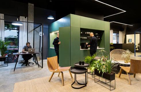 משרדי Ewave, בעיצוב K.O.T אדריכלים. קובייה ירוקה מכילה את המטבח ואת השירותים (צילום: מושי גיטליס)