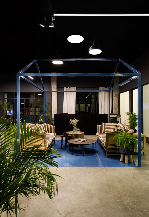 במרכז משרדיה של חברת הנדל''ן כמו שרטוט של בית, מרוהט בספות קסטיאל שנקנו לפני סגירת החנות (צילום: מושי גיטליס)