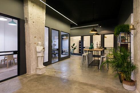 בהיקף הקומה תוכננו משרדי מכירות שקופים ורשמיים (צילום: מושי גיטליס)