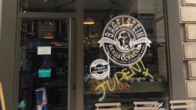 'Juden' painted on the window of a bagel restaurant in Paris