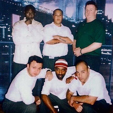 עם החברים בכלא