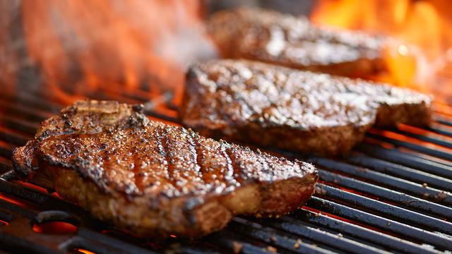 סטייק בשר על האש (צילום: shutterstock)
