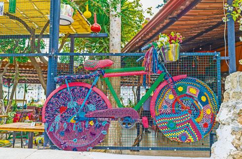 טרנד ה-Yarn Bombing נחשב לתשובה הנשית לגרפיטי  (צילום: eFesenko/Shutterstock)