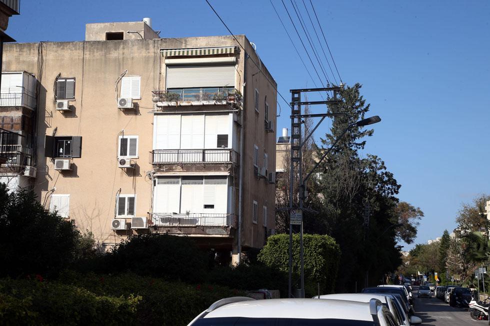 עורף הבניינים הישנים פונה לרחוב שקט, מרים החשמונאית. כך הוא נראה השבוע (צילום: יריב כץ)