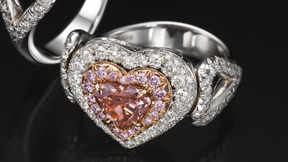 4.יהלום חתוך בצורת לב משובץ בתוך טבעת בעיצוב תואם של עודד קאשי (צילום: יח