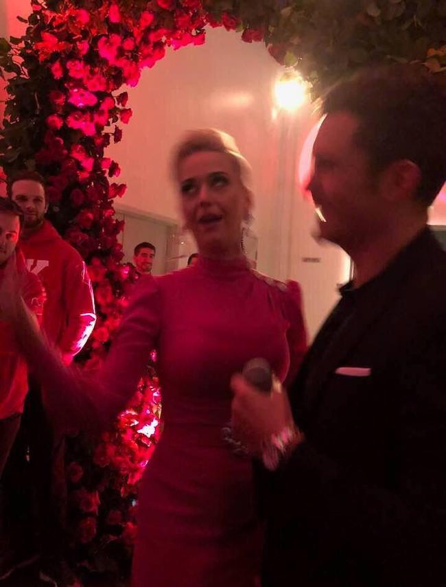 קייטי פרי ואורלנדו בלום במסיבת האירוסים (צילום מסך)