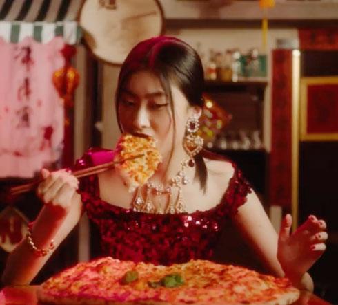 לא מצליחה לאכול פיצה עם צ'ופסטיקס? את הסינים זה לא הצחיק (צילום: מתוך הקמפיין של דולצ'ה וגבאנה)