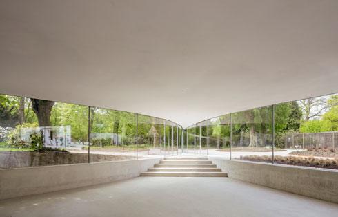 בניין הסנדה של מכון קאנאגווה ביפן, שאותו תכנן אישיגאמי (Junya Ishigami,KAIT Workshop,Kanagawa Institute of Technology,Japan,2008©Junya Ishigami+Associates)