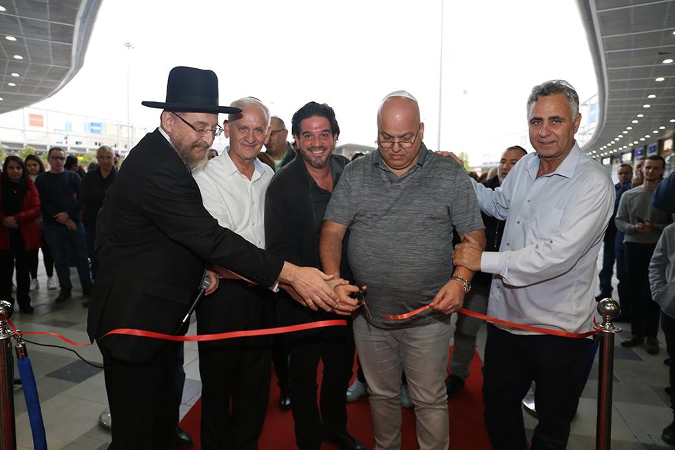רכילות עסקית רמי שביט (מימין) והרב יורם כהן (משמאל) גוזרים את הסרט בבאר שבע (צילום: פוטו מיקי מבט)