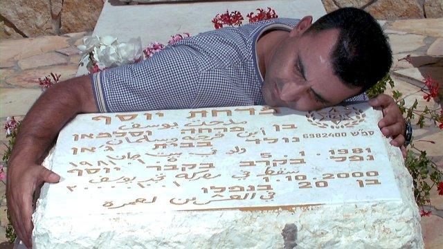 Mahdi Yusuf at his brother's grave (Photo: Alex Kolomoisky)